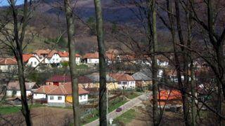 Komlóska, 2013. április 8. Új és régebbi lakóházak a 330 lakosú, turisták fogadására berendezkedett, hegyek közé zárt zempléni településen. MTVA/Bizományosi: Jászai Csaba  *************************** Kedves Felhasználó! Az Ön által most kiválasztott fénykép nem képezi az MTI fotókiadásának, valamint az MTVA fotóarchívumának szerves részét. A kép tartalmáért és a szövegért a fotó készítõje vállalja a felelõsséget.