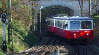 Budapest, 2015. november 5. A BKK-BKV 60-as számú vonalán közlekedõ Budapesti Fogaskerekû Vasút egyik szerelvénye megérkezik a Széchenyi-hegyi végállomására miután átgördült egy közúti felüljáró alatt. MTVA/Bizományosi: Jászai Csaba  *************************** Kedves Felhasználó! Ez a fotó nem a Duna Médiaszolgáltató Zrt./MTI által készített és kiadott fényképfelvétel, így harmadik személy által támasztott bárminemû – különösen szerzõi jogi, szomszédos jogi és személyiségi jogi – igényért a fotó készítõje közvetlenül maga áll helyt, az MTVA felelõssége e körben kizárt.
