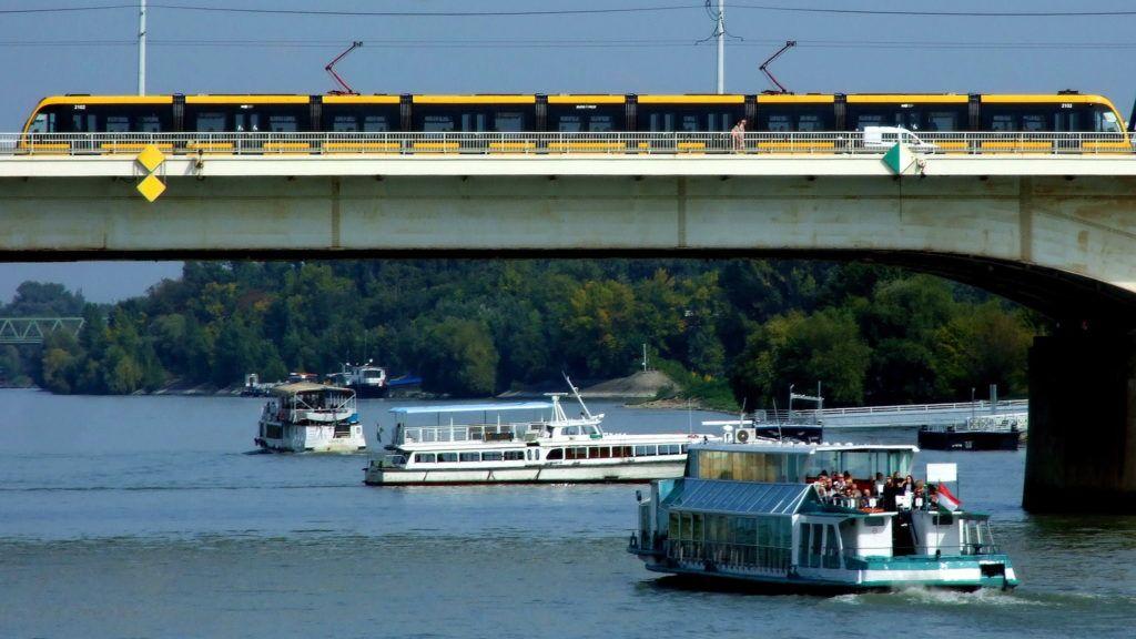 Budapest, 2017. szeptember 27. Külföldi turistákat szállító sétahajó tart fölfelé a Dunán az Árpád híd felé. Elõtte másik két személyhajó a vízen. A hídon pedig éppen áthalad a BKK 1-es vonalán közlekedõ egyik korszerû CAF-villamos. MTVA/Bizományosi: Jászai Csaba  *************************** Kedves Felhasználó! Ez a fotó nem a Duna Médiaszolgáltató Zrt./MTI által készített és kiadott fényképfelvétel, így harmadik személy által támasztott bárminemû – különösen szerzõi jogi, szomszédos jogi és személyiségi jogi – igényért a fotó készítõje közvetlenül maga áll helyt, az MTVA felelõssége e körben kizárt.