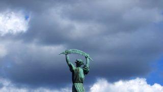 Budapest, 2018. június 28. A kelet felé pálmaágat tartó Szabadság-szobor a Gellért-hegy tetején a felhõs ég alatt, a Citadella irányából.  MTVA/Bizományosi: Jászai Csaba  *************************** Kedves Felhasználó! Ez a fotó nem a Duna Médiaszolgáltató Zrt./MTI által készített és kiadott fényképfelvétel, így harmadik személy által támasztott bárminemû – különösen szerzõi jogi, szomszédos jogi és személyiségi jogi – igényért a fotó készítõje közvetlenül maga áll helyt, az MTVA felelõssége e körben kizárt.