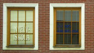 Révkomárom, 2011. szeptember 16. Az Európa Udvar egyik épületének ablakain látható kétnyelvû felirat, mely az idegennyelv oktatását hirdeti. MTI/Bizományosi: Nagy Zoltán  *************************** Kedves Felhasználó! Az Ön által most kiválasztott fénykép nem képezi az MTI fotókiadásának és archívumának szerves részét. A kép tartalmáért és a szövegért a fotó készítõje vállalja a felelõsséget.