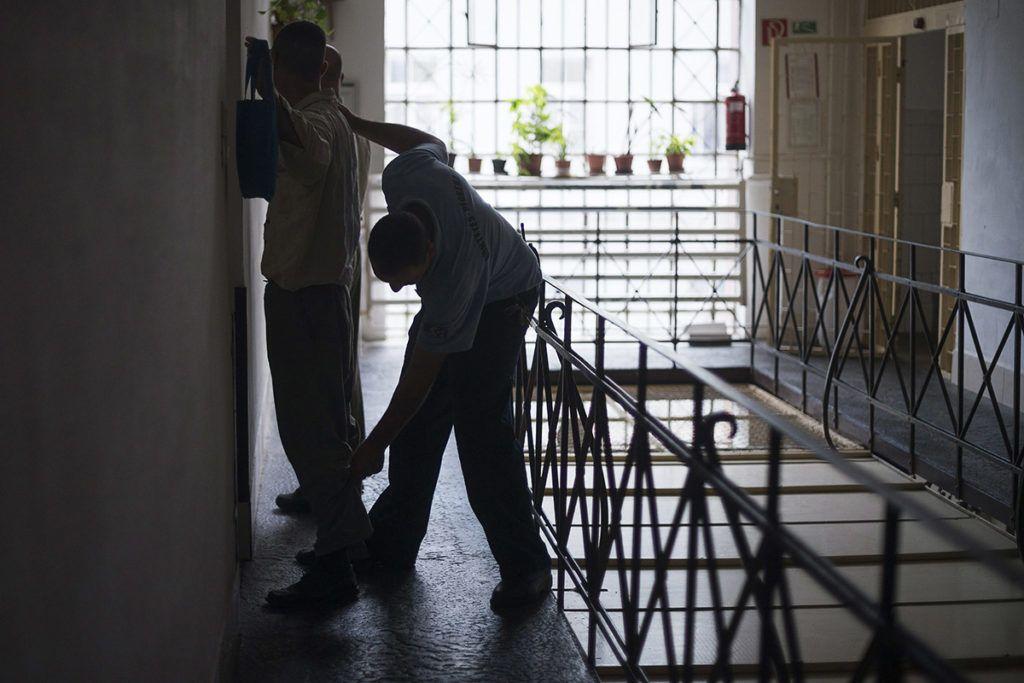Nyíregyháza, 2013. július 23. Egy fogvatartott ruházatát vizsgálja át egy őr a Szabolcs-Szatmár-Bereg Megyei Büntetés-végrehajtási Intézetben, Nyíregyházán 2013. július 23-án. Északkelet-Magyarország négy büntetés-végrehajtási (bv) intézetében az országos átlagot meghaladó, 200 százalékos a telítettség, közölte Tóth László, a Belügyminisztérium gazdasági és informatikai helyettes államtitkára 2013. július 10-én a debreceni bv-intézetben, ahol átadta az új  bástyafalat és őrtornyot. Mivel az utóbbi két évben nőtt a fogvatartottak száma, a következő három évben bővítik az északkelet-magyarországi bv-intézeteket, és zöldmezős beruházás keretében új, ezerszemélyes börtönt is építenek.MTI Fotó: Balázs Attila