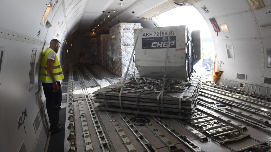 Budapest, 2018. június 26. Rakodják az orosz Air Bridge Cargo teherszállító légitársaság Boeing 747-8F típusú repülõgépét a Liszt Ferenc-repülõtéren 2018. június 26-án. A járat heti két alkalommal repül Moszkva és Budapest között. MTI Fotó: Kovács Tamás