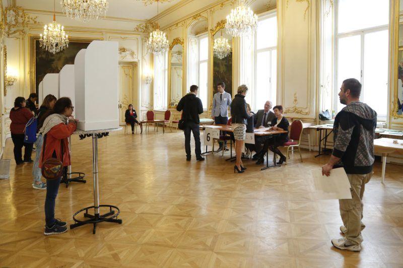 Bécs, 2018. április 8. Szavazók az országgyûlési képviselõ-választáson a bécsi magyar nagykövetségen 2018. április 8-án. MTI Fotó: Filep István