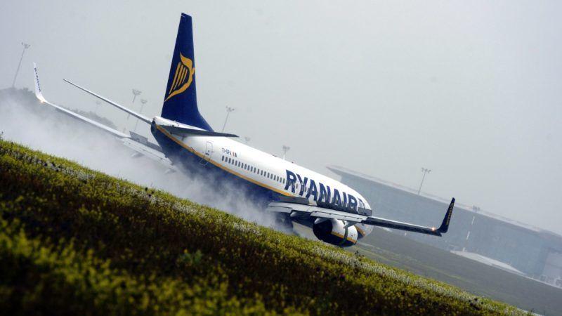 Budapest, 2013. május 30. A Ryanair légitársaság Boeing 747-800-as típusú repülõgépe esõben száll le a Budapest Liszt Ferenc Nemzetközi Repülõtérre 2013. május 30-án. MTI Fotó: Földi Imre