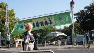 Budapest, 2011. október 3.Ipari alpinisták dolgoznak a Petőfi híd budai hídfőjénél található Zöld Pardon egyik bejáratának bontásán. Az újbudai önkormányzat képviselő-testülete lakossági panaszokra hivatkozva döntött úgy, hogy nem hosszabbítja meg a Zöld Pardon október 31-én lejáró közterület használati szerződését, ezzel 13 éves működés után jelenlegi helyén bezárásra ítélte a szórakozóhelyet. A Zöld Pardonnak október 31-ig kell elhagynia a Goldmann György teret.MTI Fotó: Kallos Bea