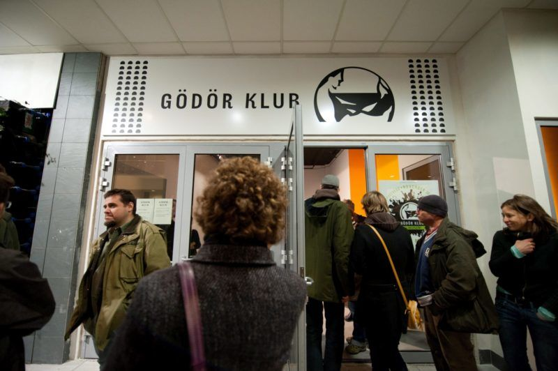 Budapest, 2012. november 30. Vendégek érkeznek az új helyszínen nyíló Gödör Klub megnyitójára 2012. november 30-án. A klub az elsõ ütemben 1000 négyzetméteren fogadja a közönséget a Király utcai Central Passage-ban. MTI Fotó: Kallos Bea
