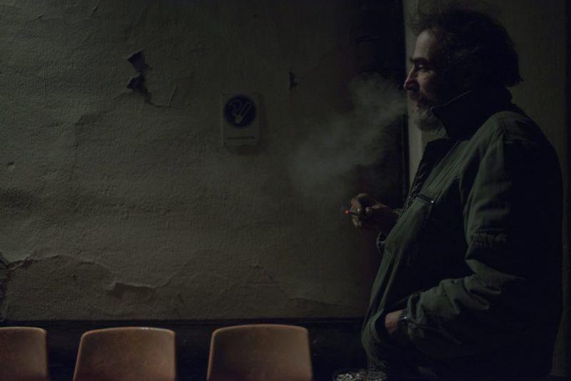 Budapest, 2014. december 31. Hajléktalan férfi dohányzik a Magyar Máltai Szeretetszolgálat Rimaszombati úti krízisszállója elõtt 2014. december 30-án este. A hideg idõ beálltával több budapesti hajléktalanszálló is megtelt az elmúlt napokban. A szeretetszolgálat utcai gondozószolgálata a téli krízisidõszakban éjjel-nappal mûködik, a szociális munkások rendszeresen felkeresik a szabadban éjszakázókat, az öntudatlan vagy kommunikációra képtelen emberekhez mentõt hívnak. MTI Fotó: Kallos Bea