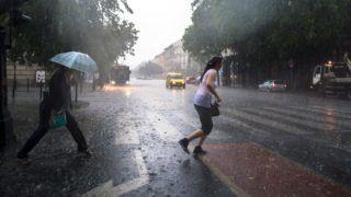 Budapest, 2015. június 9. Jégesõ és felhõszakadás Budapesten, az Andrássy úton 2015. június 9-én. MTI Fotó: Kallos Bea
