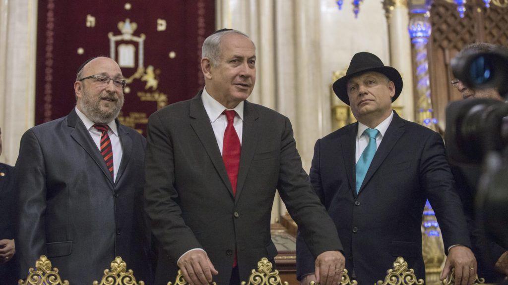 Budapest, 2017. július 19. Orbán Viktor miniszterelnök (j2) és vendége, Benjámin Netanjahu izraeli miniszterelnök (b2) megtekinti a Dohány utcai zsinagógát Frölich Róbert országos fõrabbi (b) és Heisler András, a Mazsihisz elnöke (takarásban) társaságában 2017. július 19-én. A magyar miniszterelnök és izraeli vendége a látogatással a Mazsihisz meghívásának tesz eleget. MTI Fotó: Kallos Bea