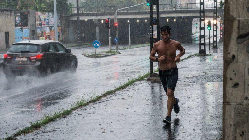 Budapest, 2017. augusztus 6. Egy férfi fut az esõben a Dózsa György úton 2017. augusztus 6-án. MTI Fotó: Kallos Bea