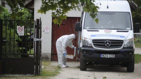 Inárcs, 2018. július 11.Bűnügyi helyszínelő Inárcson egy hivatalnál, ahol ügyintézés közben késsel halálosan megsebesített egy hivatali dolgozót egy férfi 2018. július 11-én reggel. A rendőrök elfogták a bűncselekmény elkövetésével gyanúsított 61 éves helyi lakost.MTI Fotó: Mihádák Zoltán