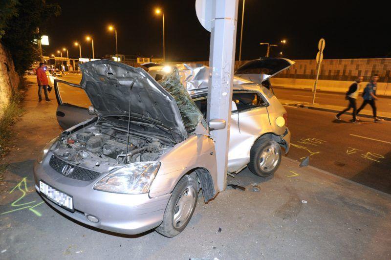 Budapest, 2018. július 12. Összeroncsolódott személyautó Budaepsten, a Budaörsi út és a Bozókvár utca keresztezõdésénél 2018. július 12-re virradó éjjel, miután a jármû összeütközött egy másik autóval, majd egy oszlopnak csapódott. A sofõr a helyszínen meghalt. MTI Fotó: Mihádák Zoltán