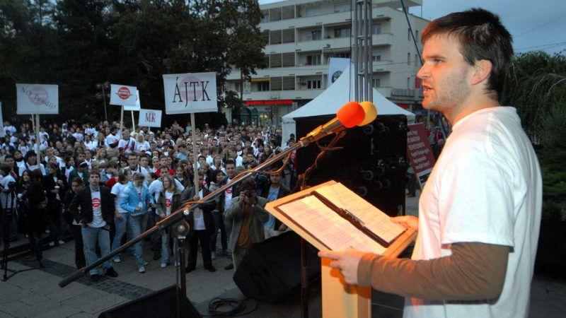 Szeged, 2007. szeptember 5. Török Márk, az SZTE hallgatói önkormányzatának elnöke beszédet mond. A Szegedi Tudományegyetem hallgatói önkormányzata tandíjellenes demonstrációt tart Szegeden a Dugonics téren. MTI Fotó: Németh György