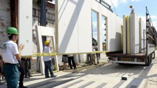 Esztergom, 2009. július 13. Kamionra rakják az új paneleket, miután átadták a Grand-Ács Tetõcentrum és Készház Kft. új, automata készházgyár panelgyártó csarnokát Esztergomban. MTI Fotó: Kovács Attila