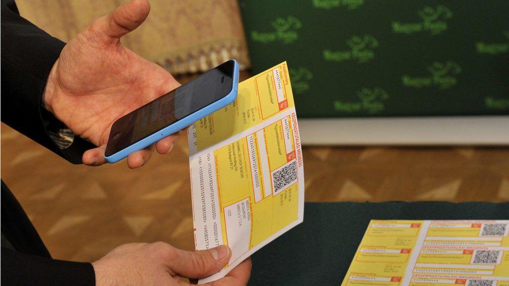 Budapest, 2014. október 30.Szarka Zsolt, a Magyar Posta Zrt. vezérigazgatója bemutatja az icsekk fizetéséhez szükséges, mobiltelefonra tölthető applikációt budapesti sajtótájékoztatóján 2014. október 30-án. A csekken szereplő QR-kód segítségével már mobiltelefonon is be lehet fizetni az összeget bankkártyával, amely nem minősül készpénzfelvételnek.MTI Fotó: Kovács Attila
