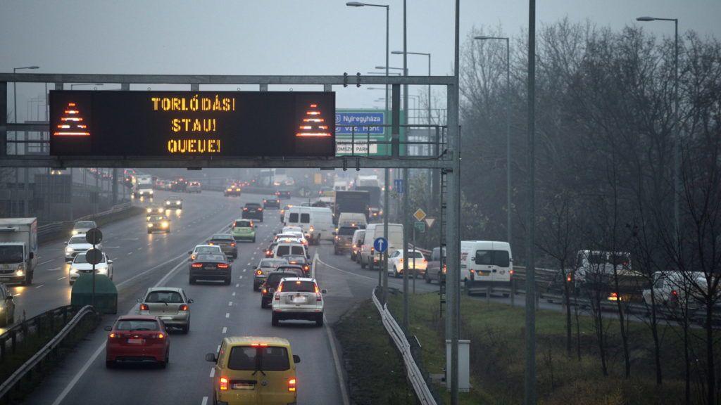 Budapest, 2014. december 15. A Liga Szakszervezetek forgalomlassító demonstrációja miatti torlódás a budakalászi M0-ás hídra vezetõ csomópontnál 2014. december 15-én. A Liga demonstrációin a tervek szerint az ország 62 pontján legalább 1600 gépkocsi lassítja a közúti forgalmat reggel 7 és délután 4 óra között. A tiltakozók álláspontja szerint a kormány intézkedései hátrányosan érintik a munkavállalókat. MTI Fotó: Kovács Attila