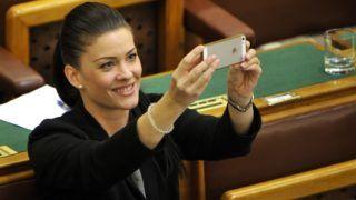 Budapest, 2016. november 7. Demeter Márta szocialista képviselõ fényképez telefonjával a nemek közötti bérszakadék mérséklésérõl szóló határozati javaslat tárgysorozatba vételérõl tartott vitán az Országgyûlés plenáris ülésén 2016. november 7-én. MTI Fotó: Kovács Attila