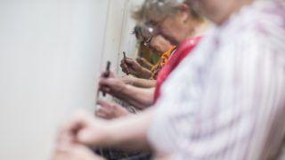 Öcsöd, 2018. július 4. Az Országház képviselõi társalgójába készülõ szõnyeg utolsó sorait készítik szõnyegszövõk az Art-Kelim Kft. öcsödi mûhelyében 2018. július 4-én. A szõnyeg közel két év alatt készült el kézi szövéssel. A mintegy 150 négyzetméteres, tízmázsás szõnyegen tizenöt millió csomóval kötötte be hét szövõnõ a gyapjúszálakat. MTI Fotó: Ujvári Sándor