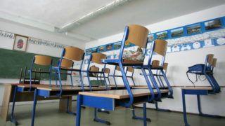 Egervár, 2009. január 29. A Zala megyei Egerváron rendkívüli tanítási szünet van az iskolában. Több mint 52 ezer háztartást érintett a Nyugat-Dunántúlon az áramkimaradásban. Zala, Vas, Veszprém és Somogy megyei településeken szûnt meg vagy szakadozott a szolgáltatás. Több helyen második napja nincs víz, mert az áramhiány miatt nem mûködnek a szivattyúk, a központi fûtéssel ellátott házakban szintén emiatt nem tudnak fûteni. MTI Fotó: Varga György