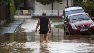 Balatonmáriafürdõ, 2015. augusztus 17. Egy férfi megy az utcán a felhõszakadás után Balatonmáriafürdõn 2015. augusztus 17-én. MTI Fotó: Varga György
