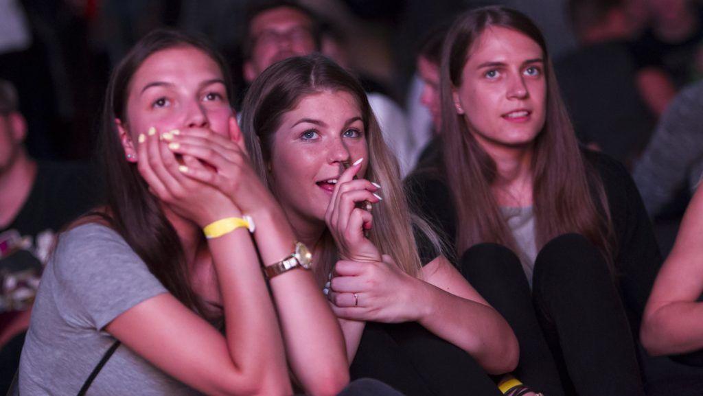 Zalaegerszeg, 2017. július 26. Fiatalok a felsõoktatási ponthatárok bejelentésén, a Pont Ott Parti 2017 rendezvényen Zalaegerszegen 2017. július 26-án. Eldõlt, hogy a közel 106 ezer jelentkezõ közül hányan kerülnek be az általános eljárásban egyetemre, fõiskolára.  MTI Fotó: Varga György
