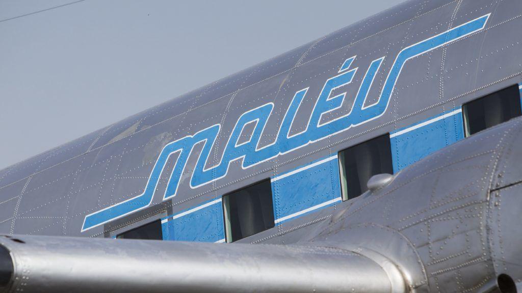 Sármellék, 2017. augusztus 27. Malév felirat a világ egyetlen repülõképes Li-2-es (szovjet gyártású DC-3-as) repülõgépén a Hévíz-Balaton Airport kifutópályáján 2017. augusztus 27-én. Az 1949-ben Taskentben gyártott repülõgépet a Magyar Néphadseregnél helyezték üzembe, majd 1958-ban a Malévhoz került. 1964 novemberében átadták a Néphadseregnek, ahol tízévi szolgálat után 1974. január 11-én a múzeumba küldték. A gép 1997 óta a Goldtimer Alapítvány tulajdona, amellyel a mai napon elõször szerveztek sétarepülést a Balaton felett. MTI Fotó: Varga György