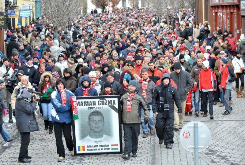 Veszprém, 2009. február 15. A Veszprém Kézilabda Fan Club felhívására összegyûlt több száz résztvevõ vonul Marian Cozma, az MKB Veszprém 2009. február 8-án meggyilkolt román kézilabdázója tiszteletére rendezett emlékmeneten a veszprémi Óváros tér közelében. MTI Fotó: Illyés Tibor