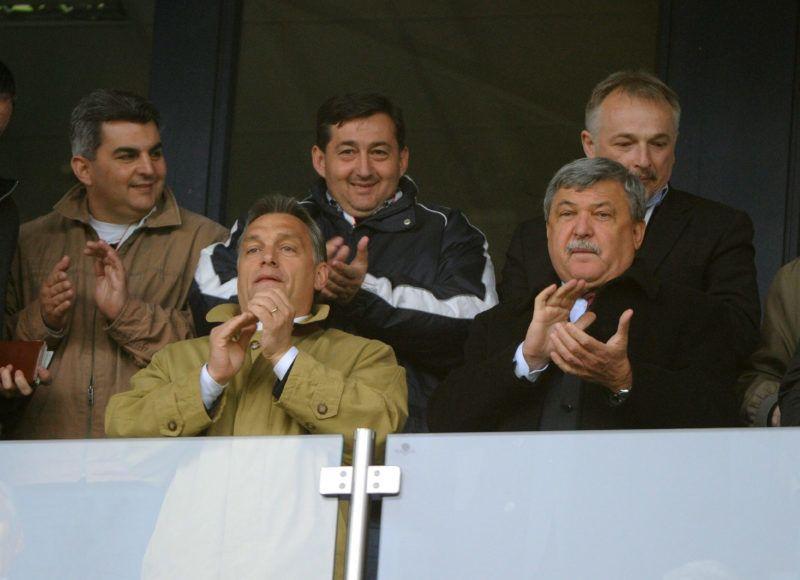 Székesfehérvár, 2010. május 19.Orbán Viktor, a Fidesz elnöke, leendő miniszterelnök (b2) és Csányi Sándor, az OTP Bank Nyrt. elnök-vezérigazgatója, MLSZ-elnökjelölt (j2) figyeli a labdarúgó Soproni Liga 29. fordulójában játszott Videoton FC - Újpest mérkőzést a díszpáholyban a székesfehérvári Sóstói Stadionban. A háttérben középen Mészáros Lőrinc, a Puskás Ferenc Labdarúgó Akadémiát működtető kuratórium elnöke, mellette jobbra Hernádi Zsolt, a Mol Nyrt.  elnök-vezérigazgatója.  MTI Fotó: Illyés Tibor