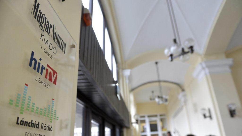 Budapest, 2015. február 6. Más médiumok újságírói várakoznak a Hír TV irodáinak, valamint a Magyar Nemzet, az MNO és Lánchíd Rádió szerkesztõségének otthont adó budapesti épület halljában 2015. február 6-án, miután lelkiismereti okokból benyújtották a fel-, illetve lemondásukat a négy szerkesztõség vezetõi. A hírt az mno.hu internetes portál tette közzé. MTI Fotó: Illyés Tibor