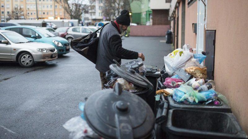 Nyíregyháza, 2016. január 20.  Kurtai Zsolt hajléktalan guberál Nyíregyházán, a Sólyom utcában, 2015. december 28-án. A kukákból szinte minden beszerezhetõ, visszaváltható üvegek, italos alumínium dobozok, élelmiszer, használati tárgyak, de a pipereeszközök is. Kurtai Zsolt és Ács Ferencné 15 éve élettársak, saját lakásukból albérletbe, negyedik éve pedig az utcára kerültek. Jelenleg harmadik helyükön, egy belvárosi düledezõ ház hátsó udvarán húzzák meg magukat a tulajdonos engedélyével. Hajléktalanságuk ideje alatt kisebb megszakításokkal folyamatosan dolgoztak, jelenleg közfoglalkoztatottként mindketten a Nyíregyházi Városüzemeltetõ és Vagyonkezelõ Kft. munkatársai. MTI Fotó: Balázs Attila