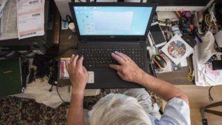 Nyíregyháza, 2018. július 26.  A 74 éves Listván Attila számítógépezik nyíregyházi otthonában 2018. július 23-án. A nyugdíjas férfi több internetes csoport szervezõje, a Szabolcs Táncegyüttes életét évtizedek óta dokumentálja. A családok idõsebb tagjai is egyre otthonosabban mozognak a digitális világban, a netet már használó nagyszülõk, dédszülõk közül egyre több használ kettõ vagy több internetezésre alkalmas eszközt. MTI Fotó: Balázs Attila