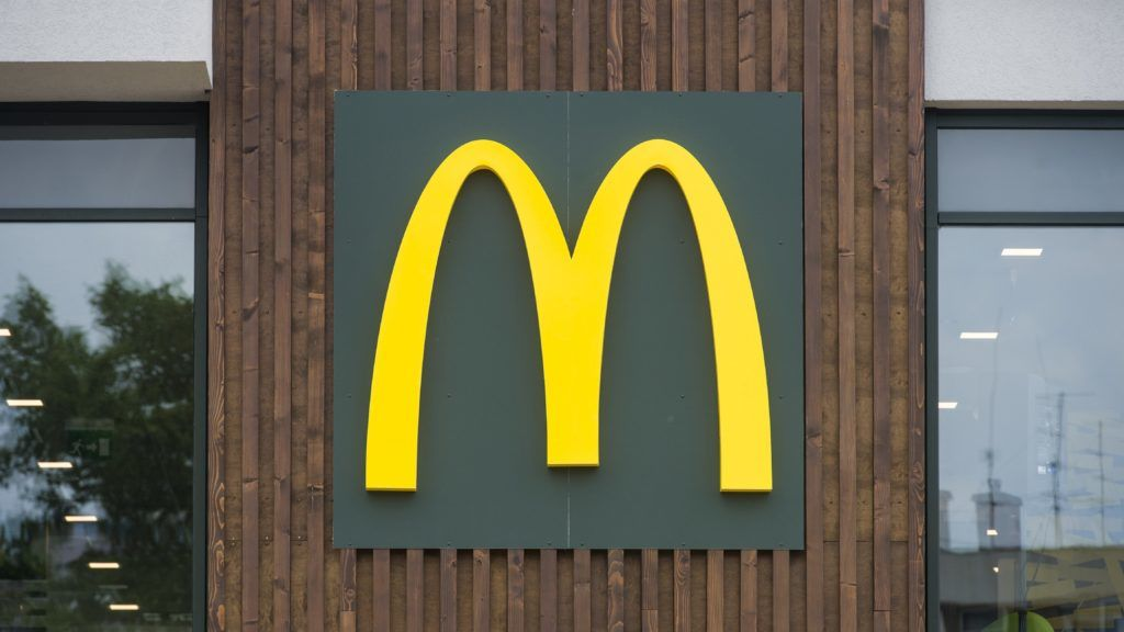 Gyöngyös, 2018. június 20. Logó a McDonald's új étterme homlokzatán Gyöngyösön az avatóünnepség napján, 2018. június 20-án. MTI Fotó: Komka Péter