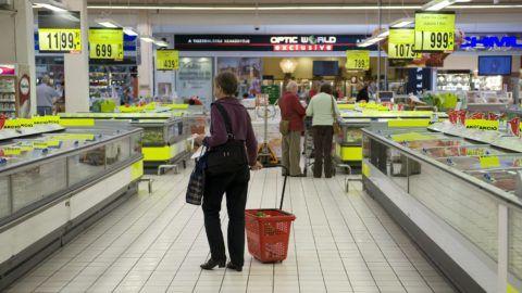 Budaörs, 2012. szeptember 14. Vásárlók válogatnak a fagyasztott áruk közül az Auchan budaörsi bevásárlóközpontjában 2012. szeptember 14-én. MTI Fotó: Koszticsák Szilárd