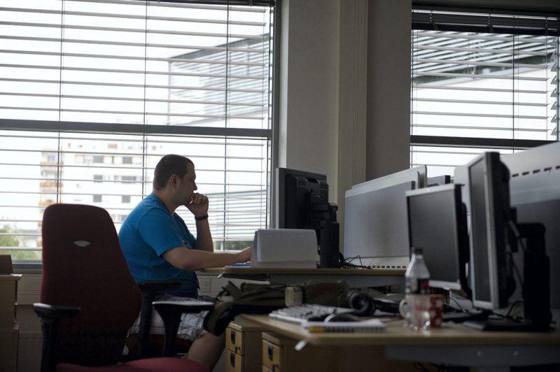 Budapest, 2013. július 10.Egy informatikus az Ericsson Magyarország Kutató-Fejlesztő Központjában 2013. július 10-én, miután hosszú távú stratégiai együttműködési megállapodást írt alá - a kormány nevében - a nemzetgazdasági miniszter és az Ericsson közép-európai régióért felelős vezetője.MTI Fotó: Koszticsák Szilárd