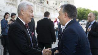 Budapest, 2016. május 7. Orbán Viktor miniszterelnök (j) és Vizi E. Szilveszter, az alapítvány kuratóriumának elnöke a Magyarország Barátai Alapítvány ünnepi rendezvényén a Várkert Bazárban 2016. május 7-én. MTI Fotó: Koszticsák Szilárd
