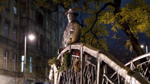 Budapest, 2017. november 30. Nagy Imre miniszterelnök szobra esti díszkivilágításban a Vértanúk terén 2017. november 30-án. MTI Fotó: Koszticsák Szilárd
