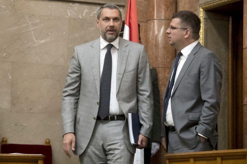 Budapest, 2018. május 8. Lázár János (b) és Seszták Miklós, a Fidesz képviselõi az Országgyûlés alakuló ülésén az Országházban 2018. május 8-án. MTI Fotó: Koszticsák Szilárd