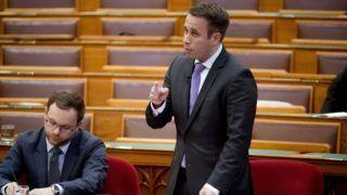 Budapest, 2018. július 2. Dömötör Csaba, a Miniszterelnöki Kabinetiroda parlamenti államtitkára napirend elõtti felszólalásra válaszol az Országgyûlés plenáris ülésén 2018. július 2-án. MTI Fotó: Koszticsák Szilárd
