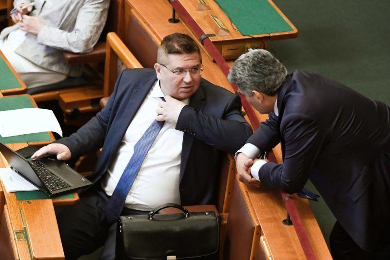 Budapest, 2018. július 16. Bajkai István (b) és Farkas Flórián, a Fidesz parlamenti képviselõi az Országgyûlés plenáris ülésén 2018. július 16-án. MTI Fotó: Koszticsák Szilárd