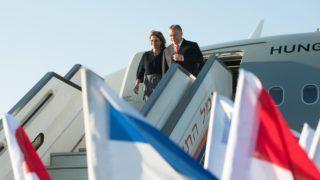 Tel-Aviv, 2018. július 18. Orbán Viktor miniszterelnök és felesége, Lévai Anikó a tel-avivi Ben Gurion nemzetközi repülõtérre érkezik 2018. július 18-án. A kormányfõ kétnapos hivatalos látogatásra érkezett Izraelbe, tárgyalásai július 19-én kezdõdnek.    MTI Fotó: Koszticsák Szilárd
