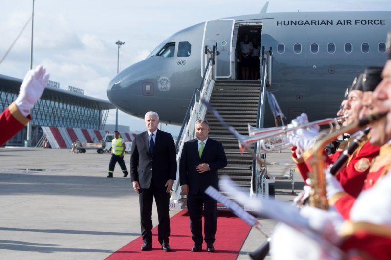 Podgorica, 2018. július 23. Orbán Viktor miniszterelnököt (j) katonai tiszteletadással fogadja Dusko Markovic montenegrói miniszterelnök a podgoricai repülõtéren 2018. július 23-án. MTI Fotó: Koszticsák Szilárd