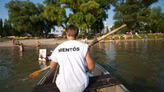 Gyõr, 2012. július 4. Vízimentõ ül csónakjában a Mosoni-Duna Aranypart strandján, Gyõrben. MTI Fotó: Krizsán Csaba
