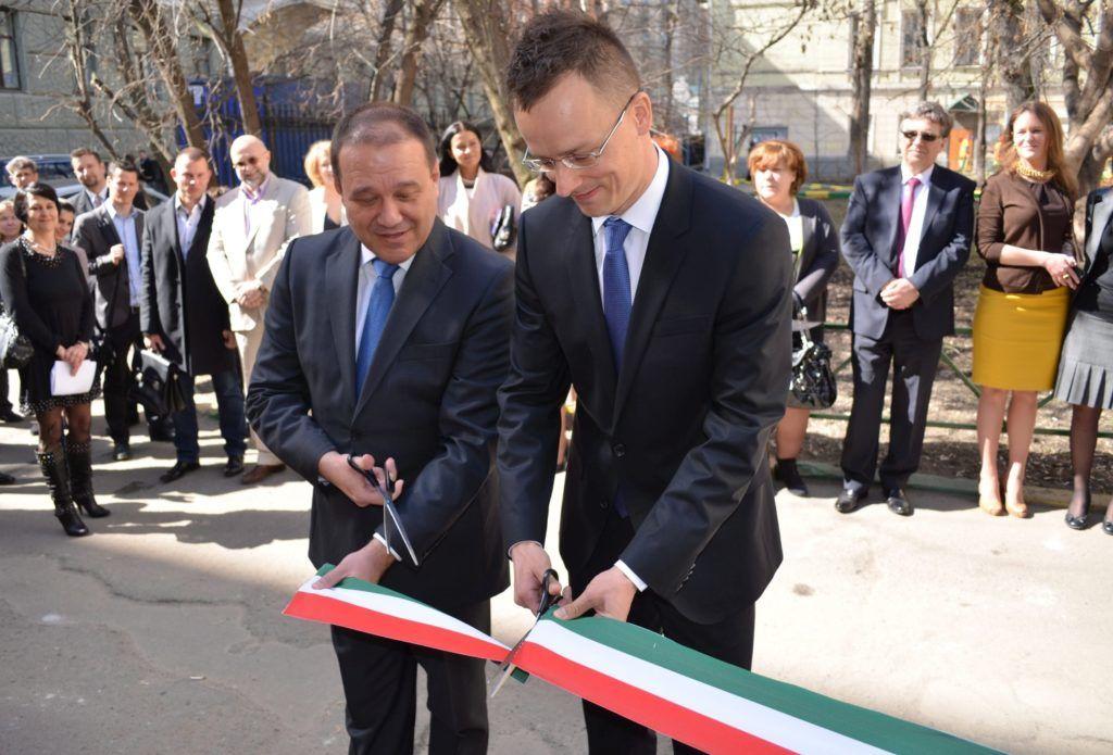 Moszkva, 2013. április 22. A Miniszterelnökség által közreadott képen Szijjártó Péter, a magyar-orosz gazdasági kapcsolatokért felelõs kormánybiztos (j) és Tarsoly Csaba, a Quaestor Csoport elnök-vezérigazgatója megnyitja a magyar kereskedõházat Moszkvában 2013. április 22-én, amelyet a magyar állam a Quaestor Csoporttal együttmûködve hozott létre. MTI Fotó: Miniszterelnökség