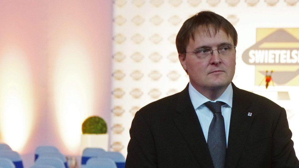 Celldömölk, 2014. november 28.Dávid Ilona, a MÁV Zrt. elnök-vezérigazgatója és Homlok Zsolt, a Swietelsky Vasúttecnikai Kft. ügyvezető igazgatója a cég ünnepélyes csarnokátadása utáni pohárköszöntőn Celldömölkön november 28-án. A kft. több mint a duplájára bővítette a vasútépítés során műszaki háttérbázisként szolgáló celldömölki üzemcsarnokát.MTI Fotó: Büki László