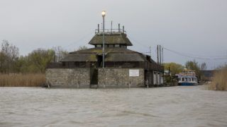 Fertõrákos, 2015. április 1. Viharjelzõ lámpa a Fertõ tó partján, Fertõrákos közelében 2015. április 1-jén. Éjfélkor elindult a viharjelzõ rendszer a Balatonon, a Velencei-tavon, a Tisza-tavon és a Fertõ tavon. MTI Fotó: Nyikos Péter