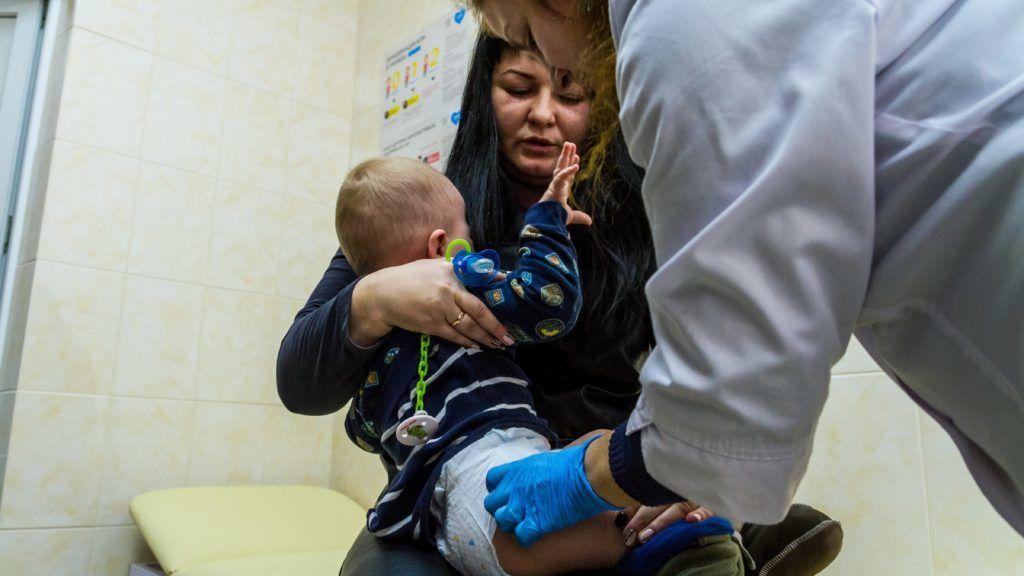 Ungvár, 2018. február 1. Kisgyermek kanyaró elleni védõoltást kap az egyik háziorvosi rendelõben a kárpátaljai Ungváron 2018. február 1-jén. Január végén nyolcezer adag, a veszélyes, fertõzõ betegség elleni oltóanyagot adott át a magyar kormány humanitárius gyorssegélyként több mint 100 millió forint értékben Grezsa István, Kárpátaljáért felelõs kormánybiztos Ungváron az Ukrán Vöröskereszt Kárpátalja megyei szervezetének. MTI Fotó: Nemes János