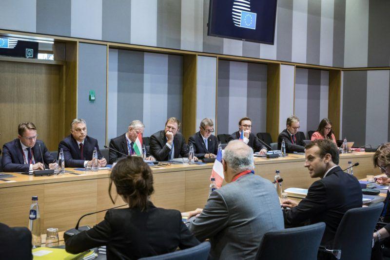 Brüsszel, 2018. június 28. A Miniszterelnöki Sajtóiroda által közreadott képen Orbán Viktor miniszterelnök (szemben b2) és Emmanuel Macron francia államfõ (elöl jobbról), valamint Andrej Babis cseh miniszterelnök (szemben b5) a visegrádi négyek (V4) és Franciaország csúcstalálkozóján Brüsszelben 2018. június 28-án. Orbán Viktor mellett balról Várhelyi Olivér nagykövet, a brüsszeli Állandó Képviselet vezetõje, jobbról Gottfried Péter, a kormányfõ európai és külgazdasági fõtanácsadója. MTI Fotó: Miniszterelnöki Sajtóiroda / Szecsõdi Balázs
