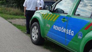 Almáskamarás, 2018. június 30.Bűnügyi helyszínelők dolgoznak 2018. június 30-án Almáskamaráson, ahol egy házban egy 48 éves férfi vadászfegyverrel lelőtte felesége 46 éves férfi ismerősét, majd magával is végzett.MTI Fotó: Donka Ferenc