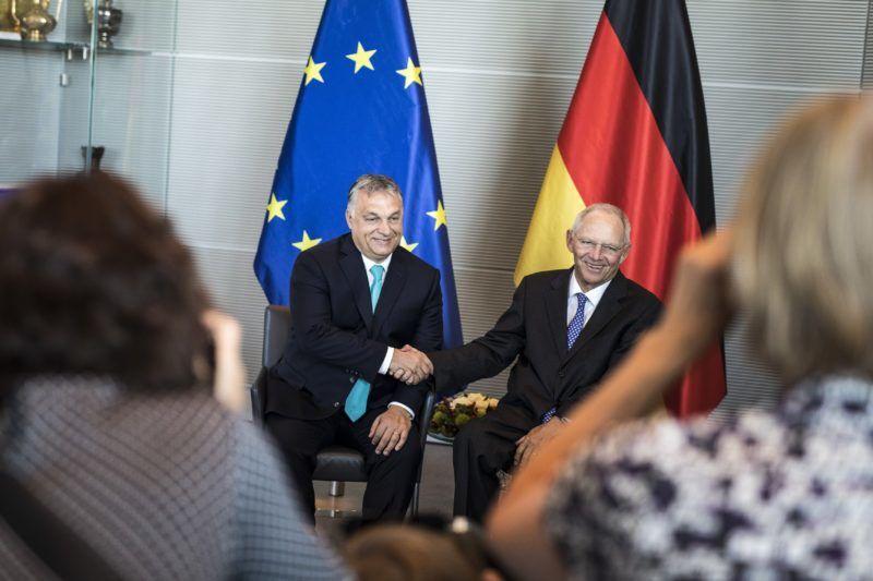 Berlin, 2018. július 4. A Miniszterelnöki Sajtóiroda által közreadott képen Orbán Viktor miniszterelnök (b) és Wolfgang Schäuble, a német parlamenti alsóház, a Bundestag elnöke berlini találkozójukon 2018. július 4-én. MTI Fotó: Miniszterelnöki Sajtóiroda / Szecsõdi Balázs